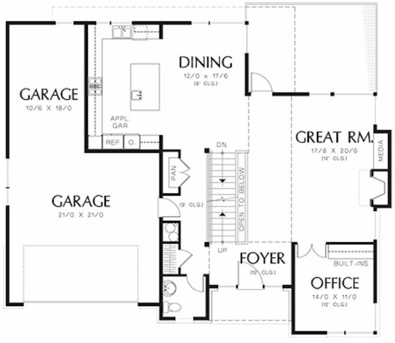 Plano de casa grande con 3 pisos y 4 dormitorios