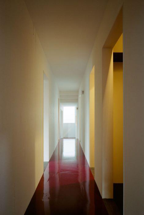Pasillo de casa angosta