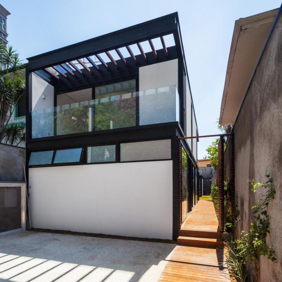 Casa angosta con dos plantas
