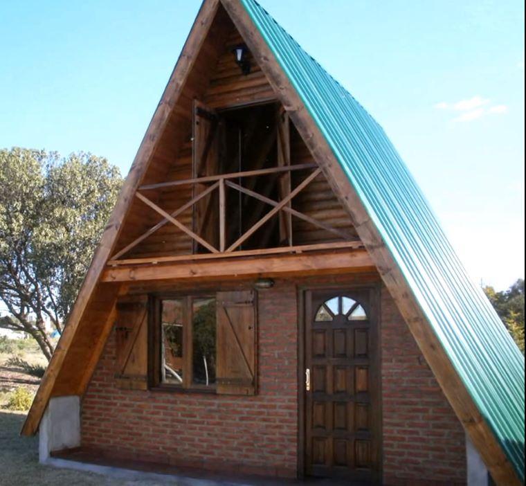 fachada de la cabaña alpina construida paso a paso