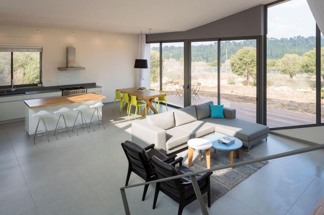 Interior de casa cuadrada con terreno en desnivel