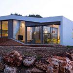 Casa cuadrada con terreno en desnivel
