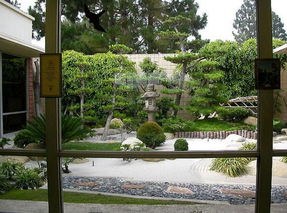 Casa con jardin frontal for Casa hogar jardin