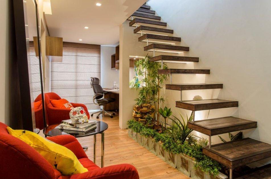 10 jardines debajo de escaleras for Escaleras en salas