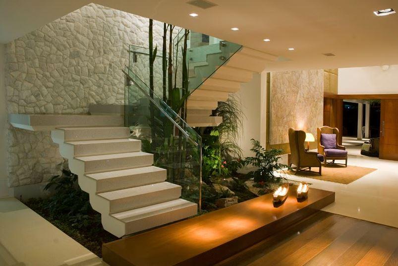 10 jardines debajo de escaleras for Como decorar gradas