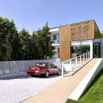 Casa con pantallas perforadas