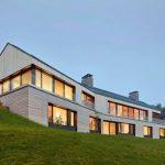 Casa en desnivel de dos plantas y techo de chapa