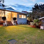 Contrafrente y jardín de casa bonita y sencilla